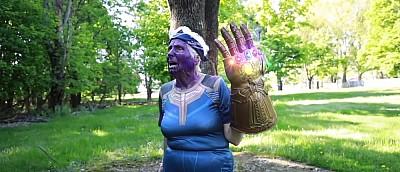 Вышла пародия на «Мстителей» в нашей озвучке с бабушкой в роли Таноса, которая убивает героев под рэп