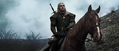 Отрезанное ухо и ненастоящие лошади — новые фото со съемок «Ведьмака» от Netflix